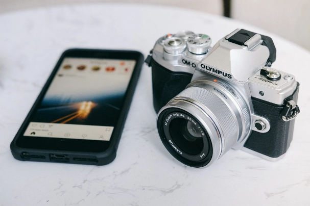 How to make money from Instagram. Photo by Tinh Khuong at Unsplash.